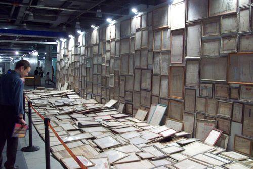 james elkins views mao tongqiang's installation, beijing 2010